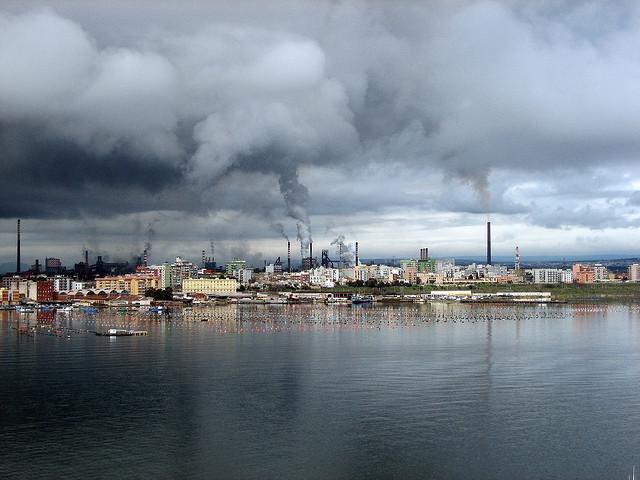 L'Ilva vista dal centro di Taranto, via Flickr