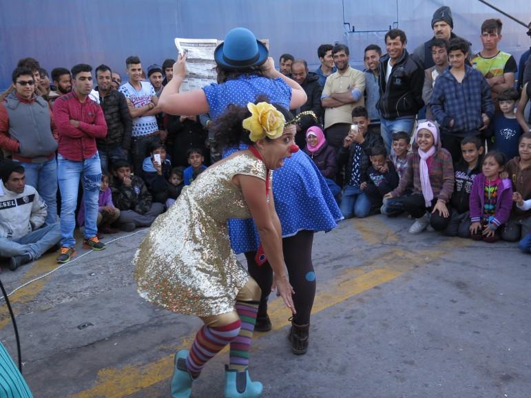 Molly e Luz improvvisano uno spettacolo al porto di Lesbo