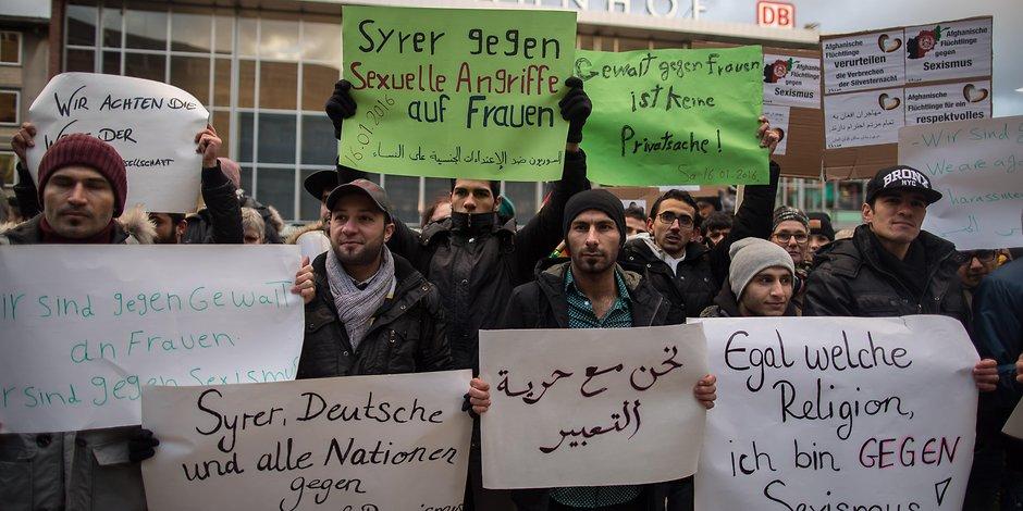 Un gruppo di rifugiati siriani in solidarietà con le vittime delle violenze di capodanno a Colonia. via Des Express.