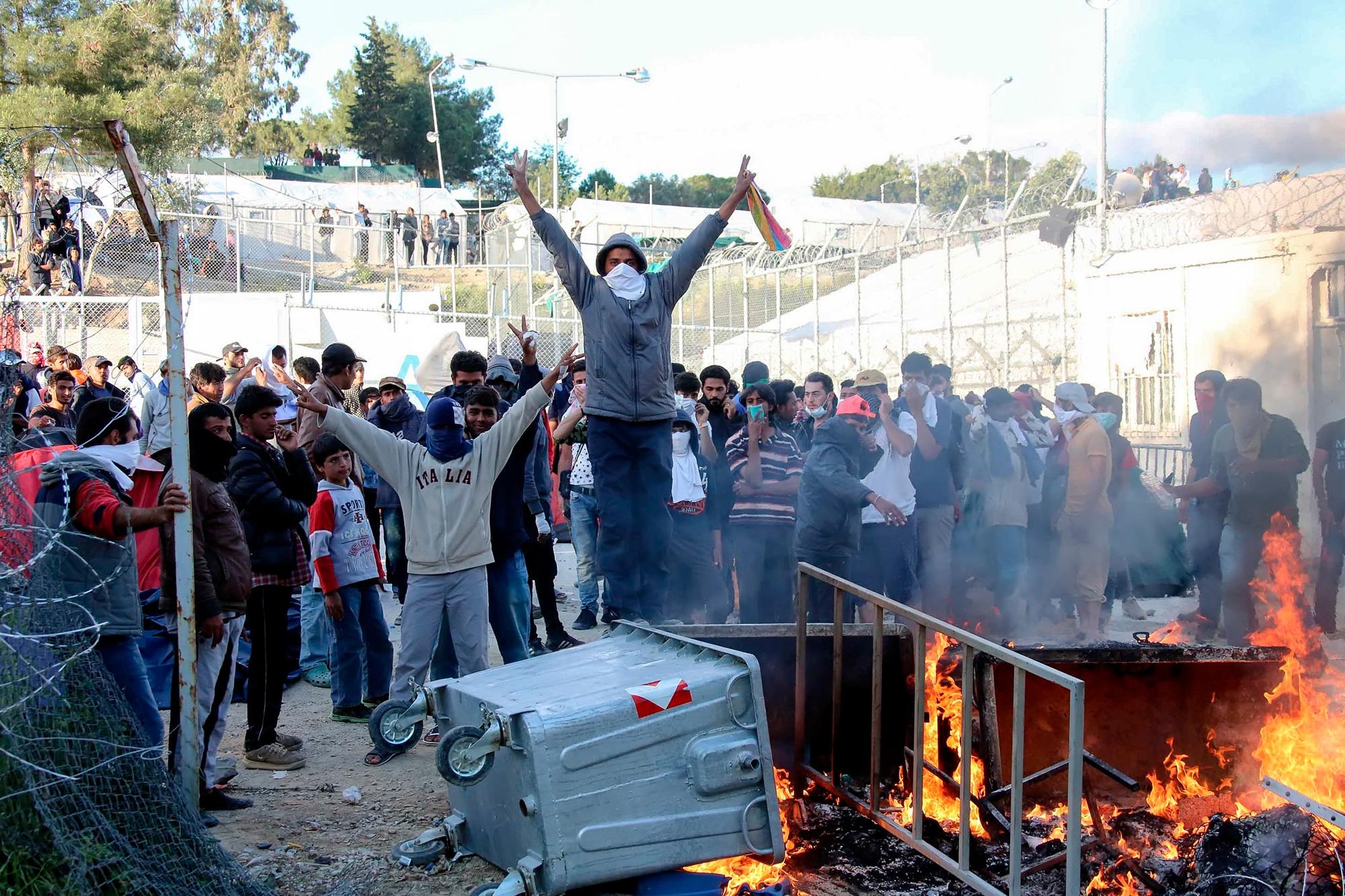 Una protesta dei profughi a Moria, il 26 aprile 2016. (Petros Tsakmakis, InTime News/Ap/Ansa). via Internazionale