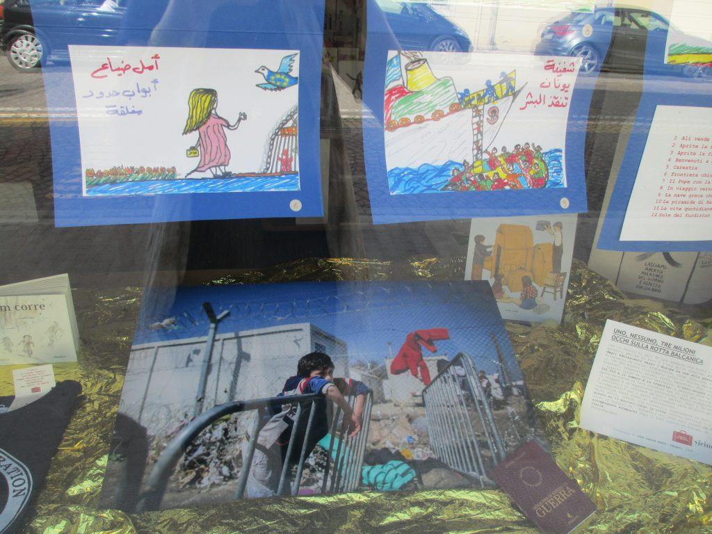 Alcuni disegni dell'album di Sherazade esposti in libreria