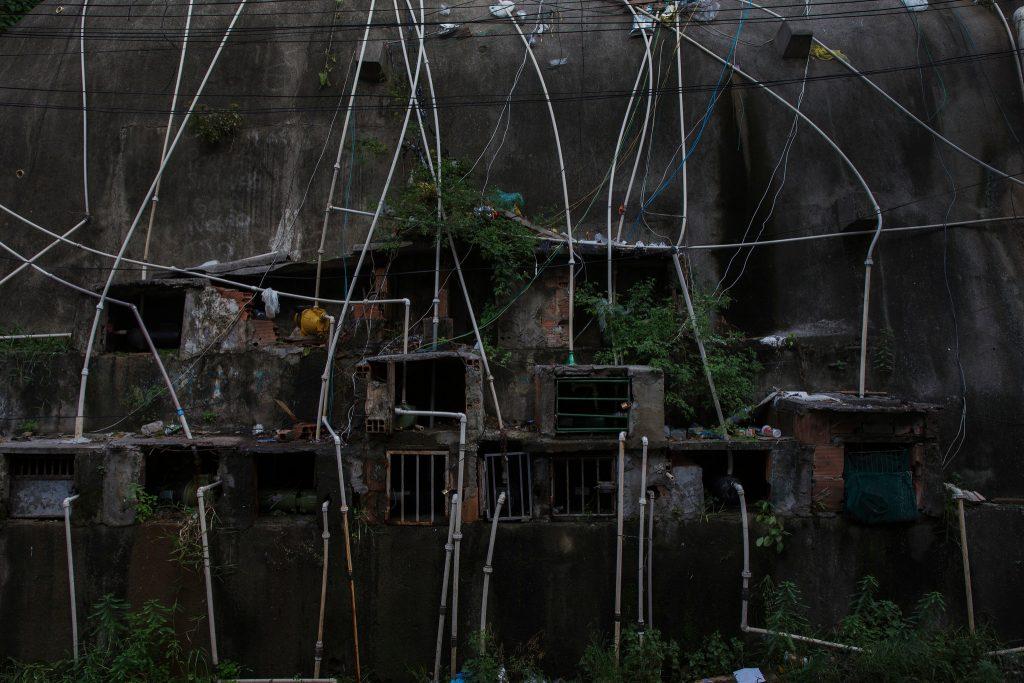 Tubi abusivi che versano acque reflue nella Baia di Guanabara, nella favela di Pica-Pau a Rio de Janeiro – via The New York Times