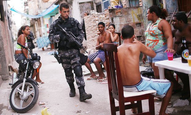 Un agente di polizia nelle favelas. Foto: Mario Tama/Getty Images – via The Guardian