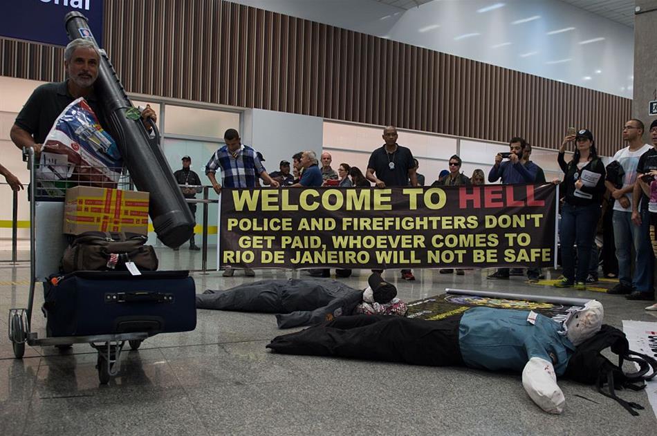 La protesta di agenti di polizia e vigili del fuoco all'aeroporto internazionale di Rio – via Linkiesta