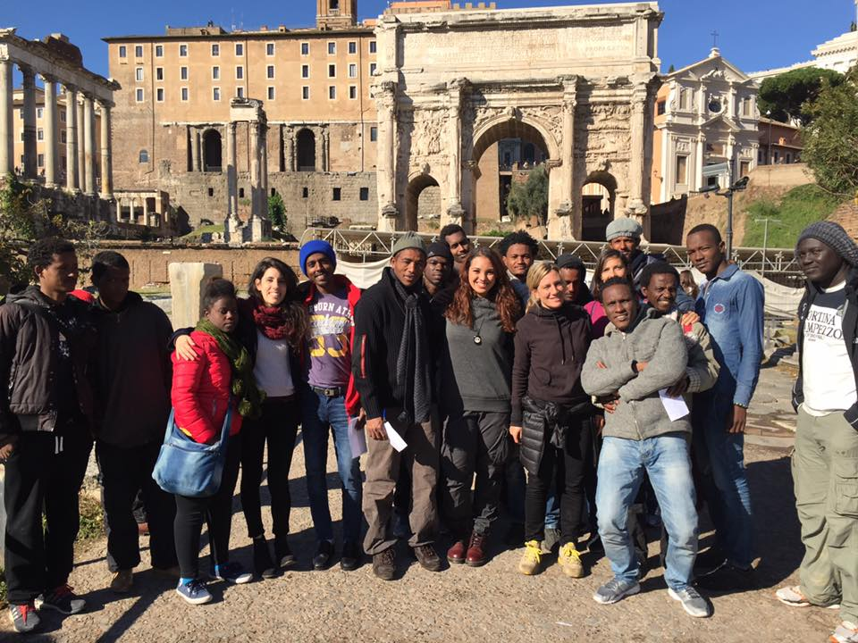 Migranti e volontari durante una visita guidata a Roma, via pagina facebook Baobab Experience