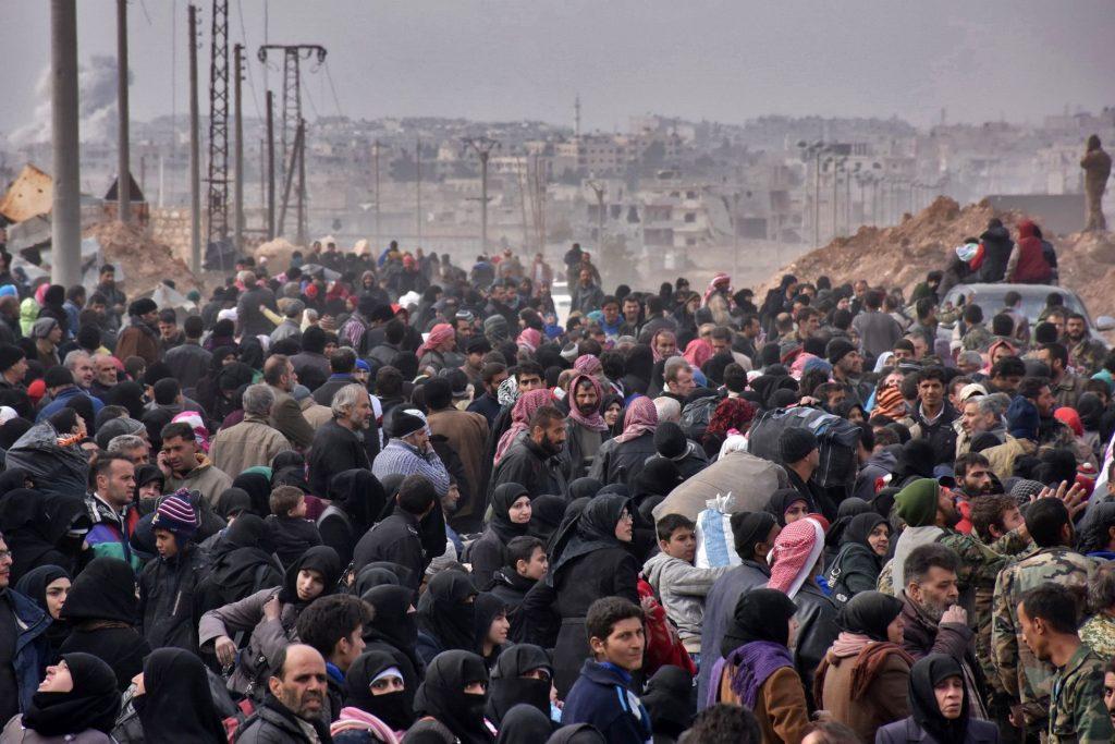 Famiglie siriane in attesa di salire a bordo per andare nella parte occidentale di Aleppo, controllata dal governo – via The New York Times