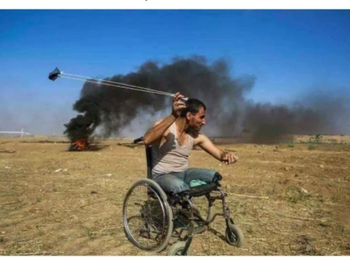 La storia dietro la foto virale di un uomo disabile ucciso durante le proteste a Gaza