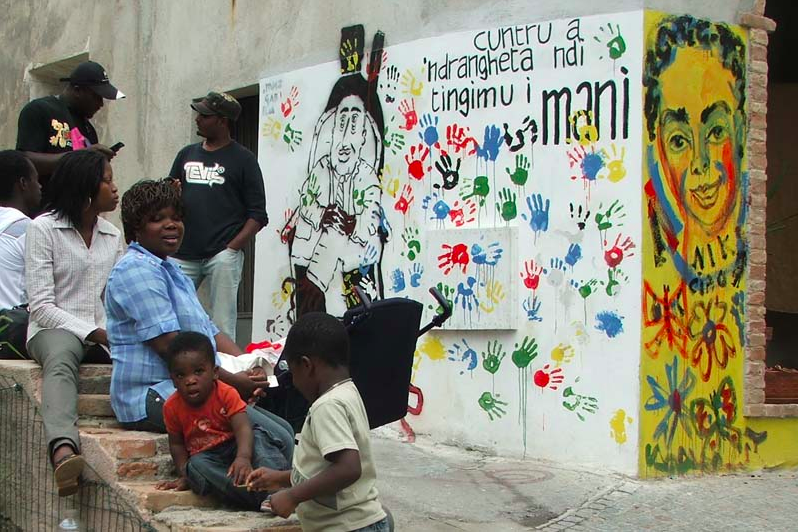 Migranti e integrazione: il modello Riace che fa scuola all'estero e l'arresto del sindaco