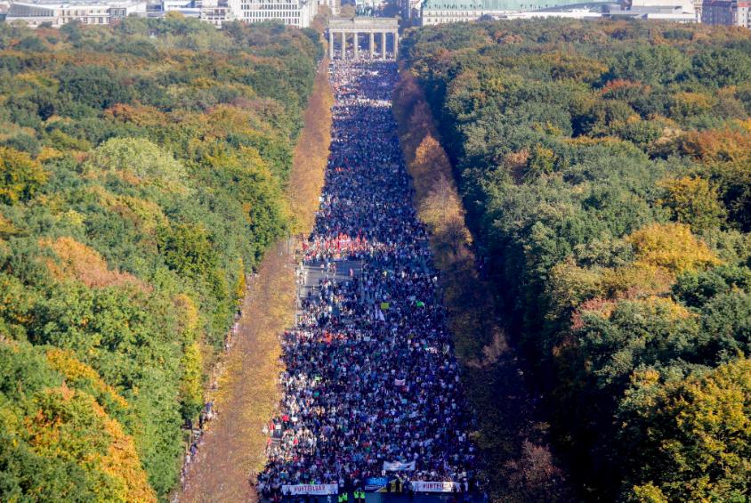 Berlino, in 250mila sfilano contro razzismo e odio: «L'umanità è sotto attacco, non lo permetteremo»