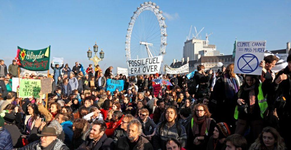 """Londra, oltre 6mila persone bloccano i ponti: """"Il cambiamento climatico è una minaccia per l'umanità e il governo deve agire"""""""
