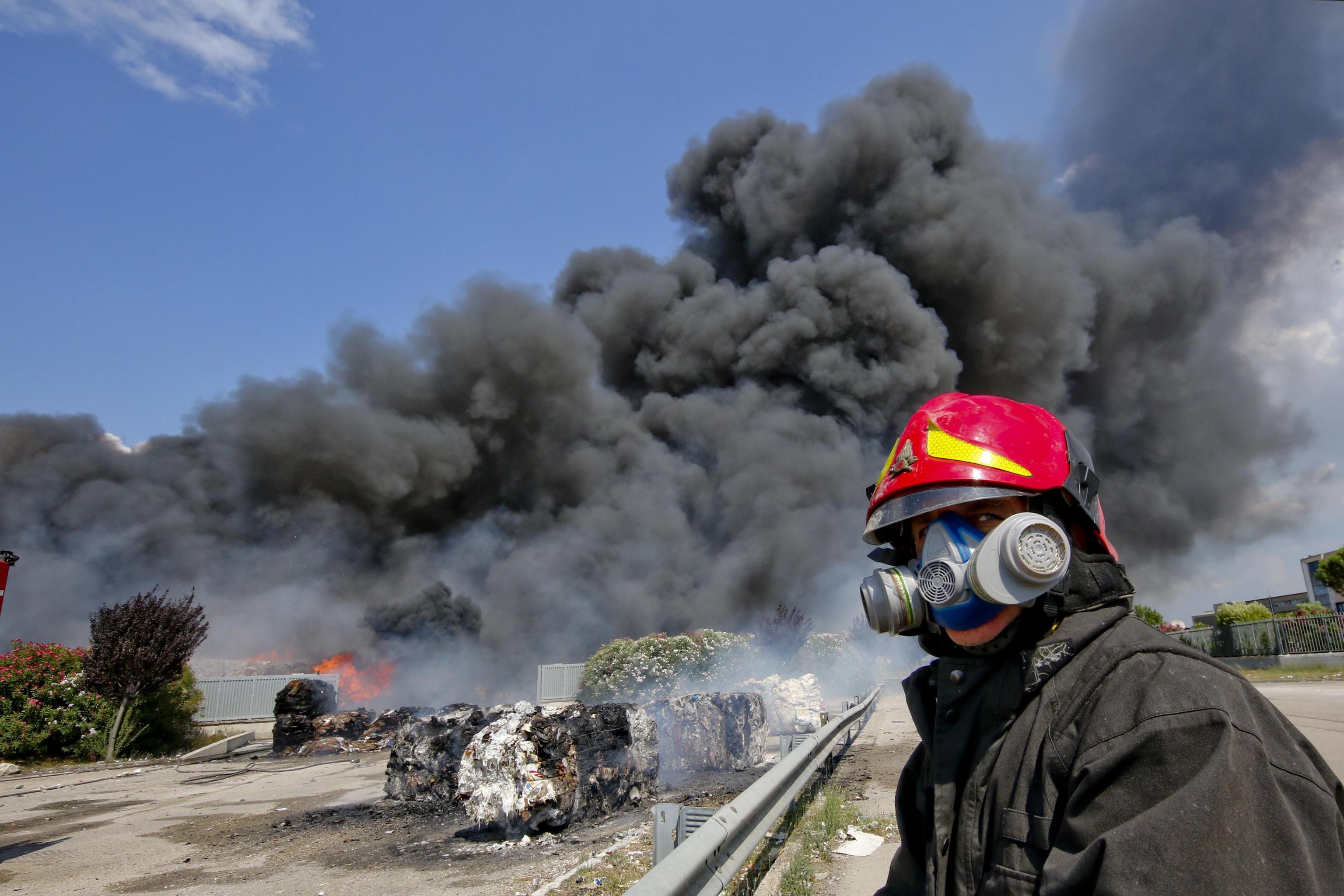 In Italia lo smaltimento dei rifiuti è al capolinea. Roghi e mancanza di impianti: cosa fare?