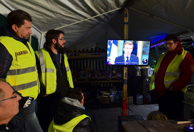 """Macron tenta di dividere i gilet gialli con alcune concessioni. Sabato il """"Quinto atto"""" della mobilitazione"""