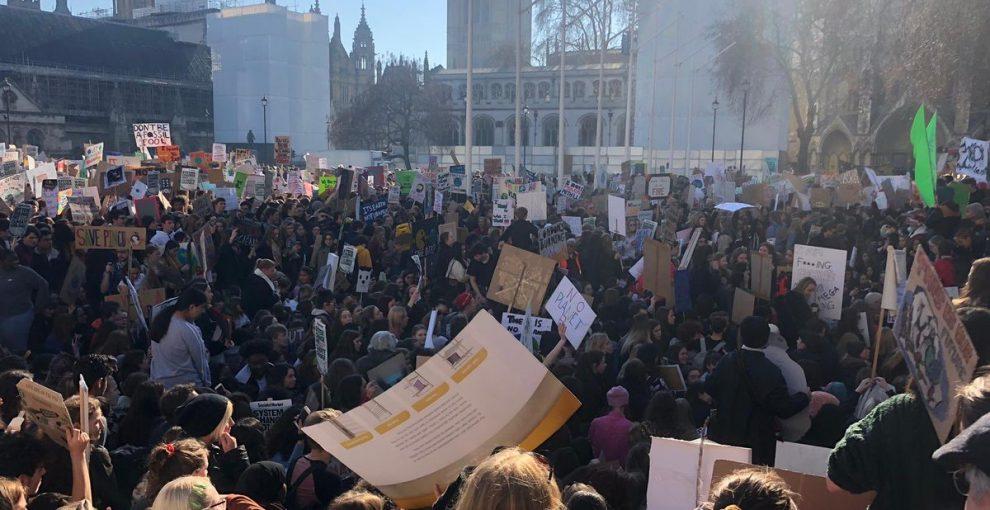 Regno Unito, migliaia di studenti in piazza per salvare il pianeta