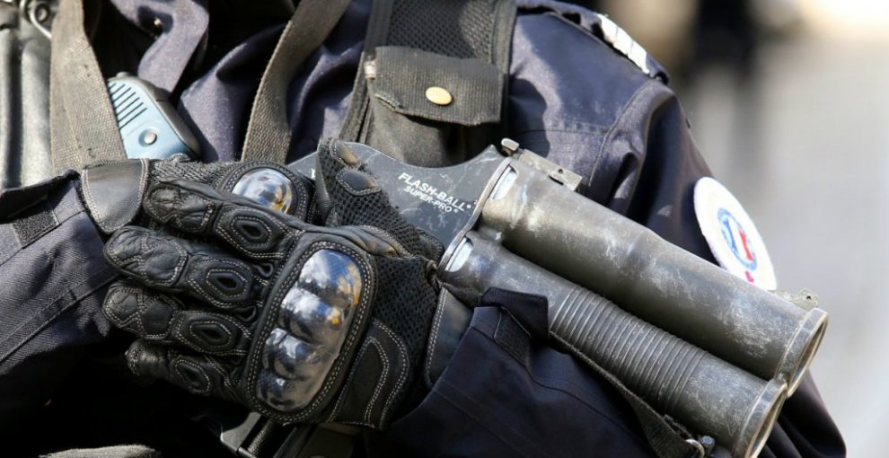 Il giornalista che usa i social per denunciare le violenze della polizia contro i gilet gialli