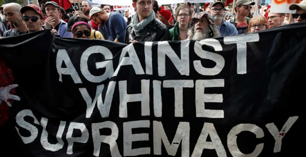 Facebook vieta il razzismo di nazionalismo e suprematismo bianco. Ma la decisione arriva tardi