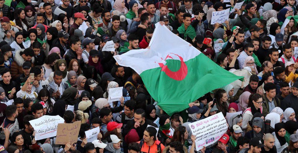Algeria, marea umana contro Bouteflika: studenti, avvocati e donne in piazza. L'esercito vicino al popolo