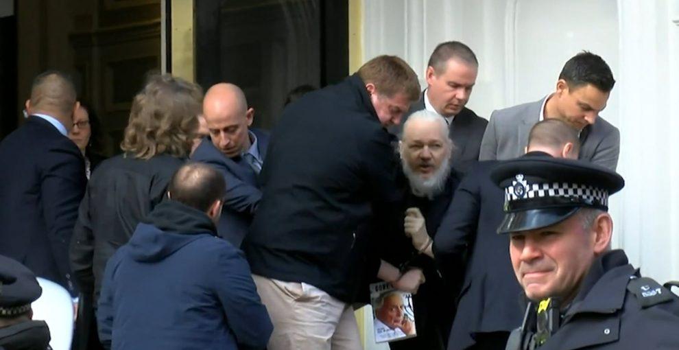 L'arresto di Julian Assange e quella minaccia al giornalismo e alla libertà di informazione
