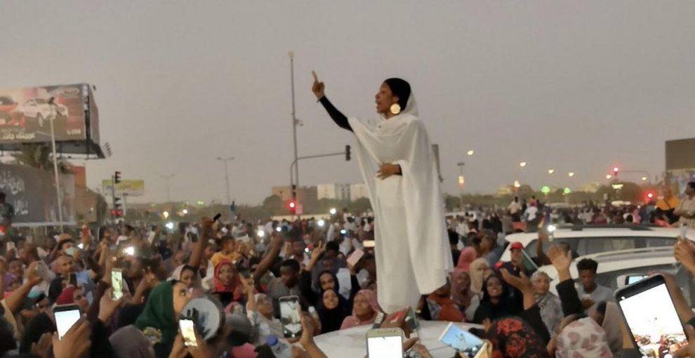 """Sudan, Alaa e il suo canto rivoluzionario: """"I proiettili non uccidono, quello che uccide è il silenzio"""""""
