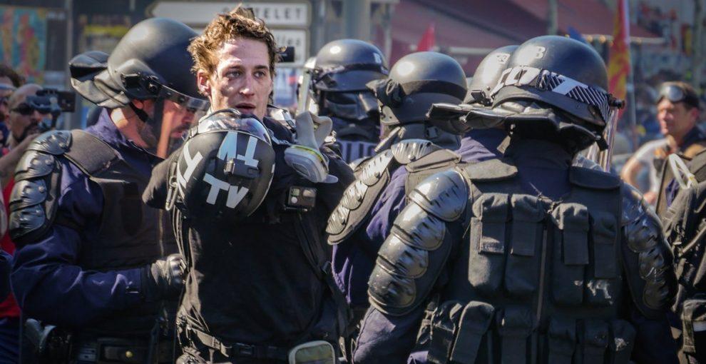 """Gilet gialli, più di 300 giornalisti denunciano le violenze della polizia: """"Ci impediscono deliberatamente di lavorare"""""""