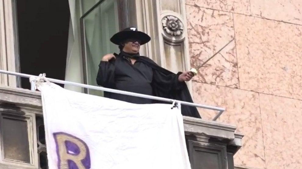 I selfie-trabocchetto, la rivolta degli striscioni e Zorro: il dissenso contagioso dentro e fuori la Rete