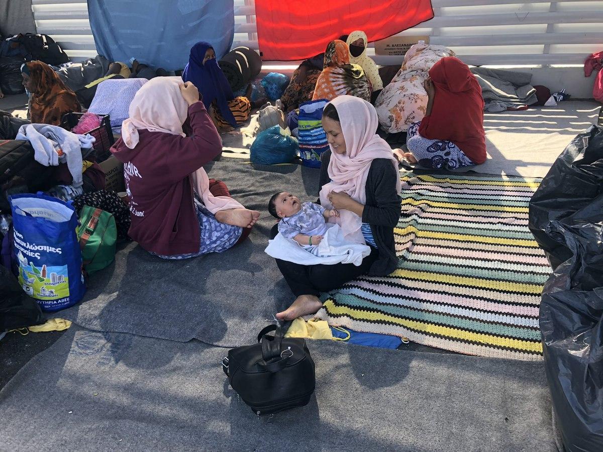 Grecia, il campo profughi di Moria distrutto dalle fiamme: 13 mila persone senza acqua, cibo, assistenza ora vivono per strada